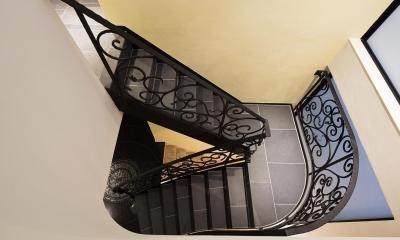 ロートアイアン手摺の階段|駅前通りの家