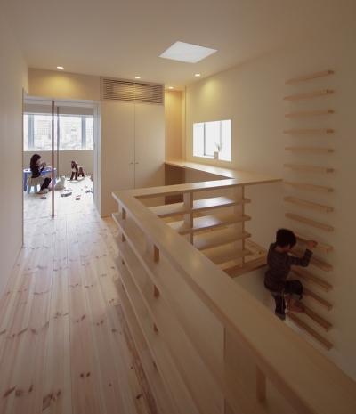 5階住居/フリースペース 4階とつなぐ吹き抜けと梯子 (積窓居 Show Window House)