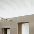 天井の和紙から本の中に流れる水をイメージした飾り棚
