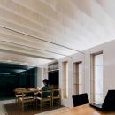 天井の和紙がやわらかな光を落とす