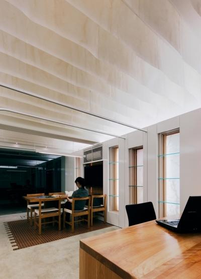 天井の和紙がやわらかな光を落とす (本香 Book Perfume)
