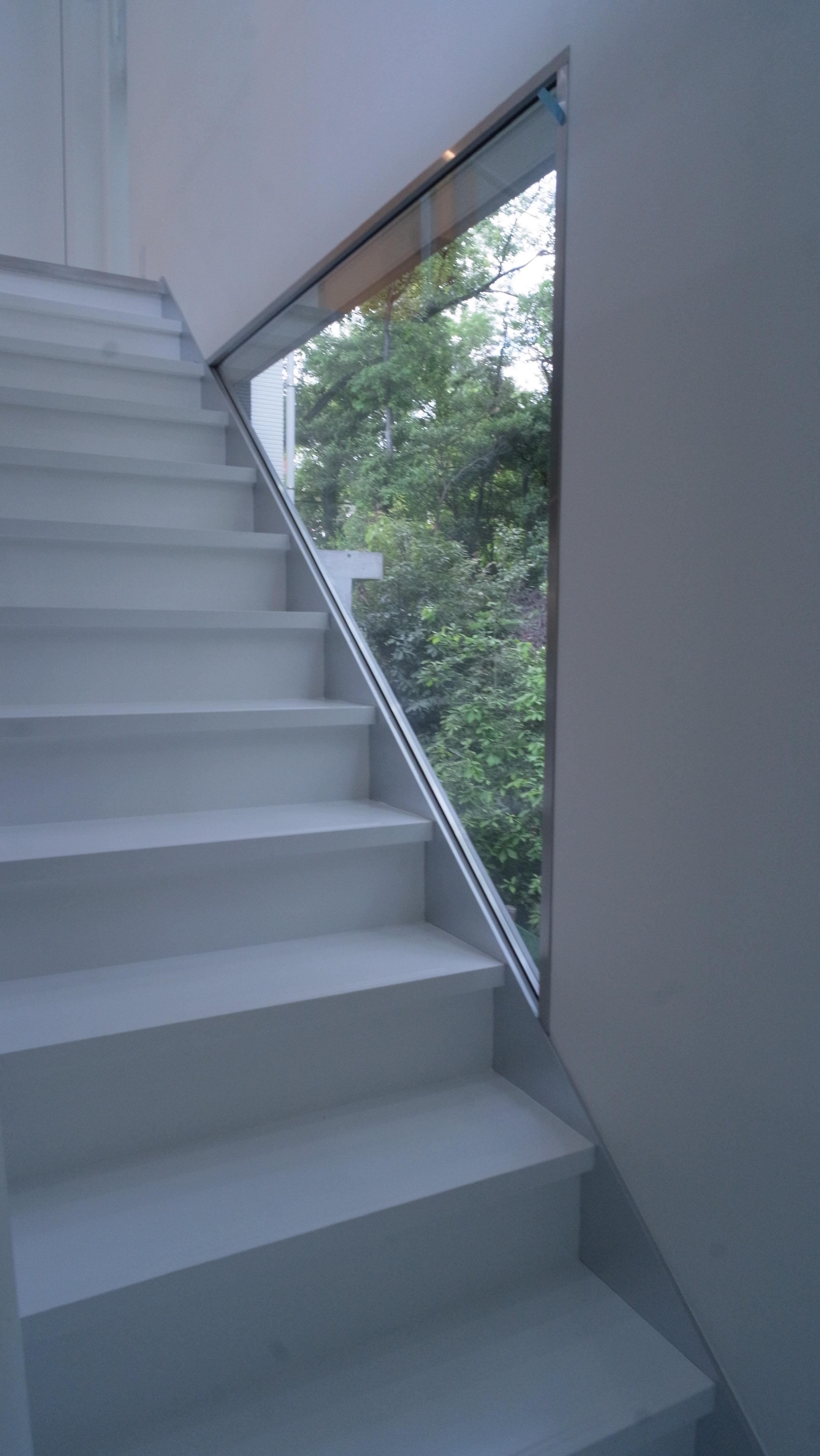 橋の住宅の部屋 窓のある階段