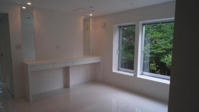 白で統一された洋室 (橋の住宅)