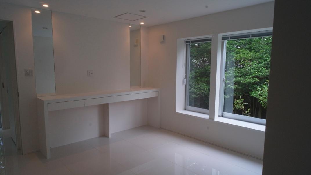 橋の住宅の部屋 白で統一された洋室