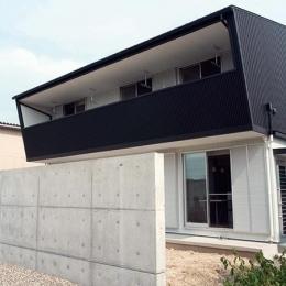 大きなバルコニーのある外観 (白と黒の家)