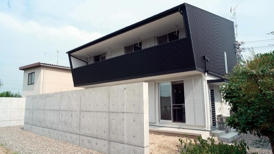 白と黒の家 (大きなバルコニーのある外観)