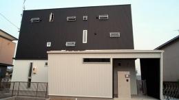 白と黒の家 (小さな窓のあるモダンな外観)