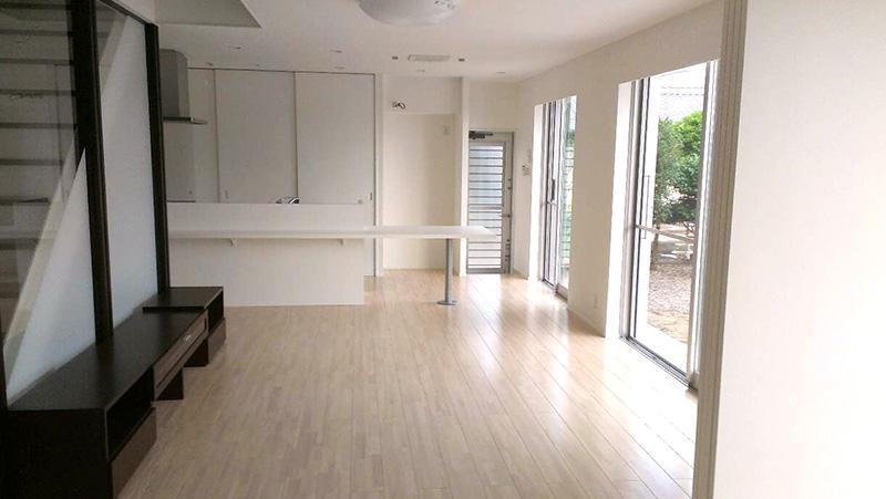 白と黒の家の部屋 大きなLDK空間