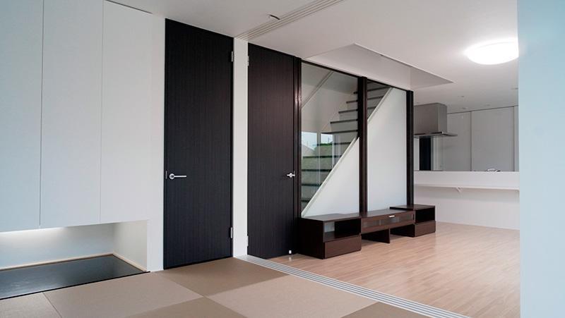白と黒の家の部屋 和室とリビング