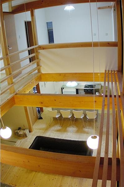 成長する家の部屋 2階廊下からリビングを眺める