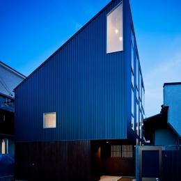 帆居 hammock house (夕景、小窓からペンダントのライトがもれる)