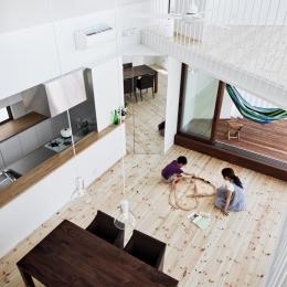 帆居 hammock house (LDKとデッキテラスとロフトが斜めに重なる空間)
