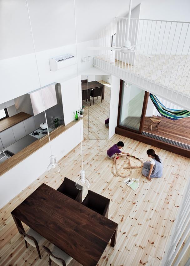 帆居 hammock houseの写真 LDKとデッキテラスとロフトが斜めに重なる空間