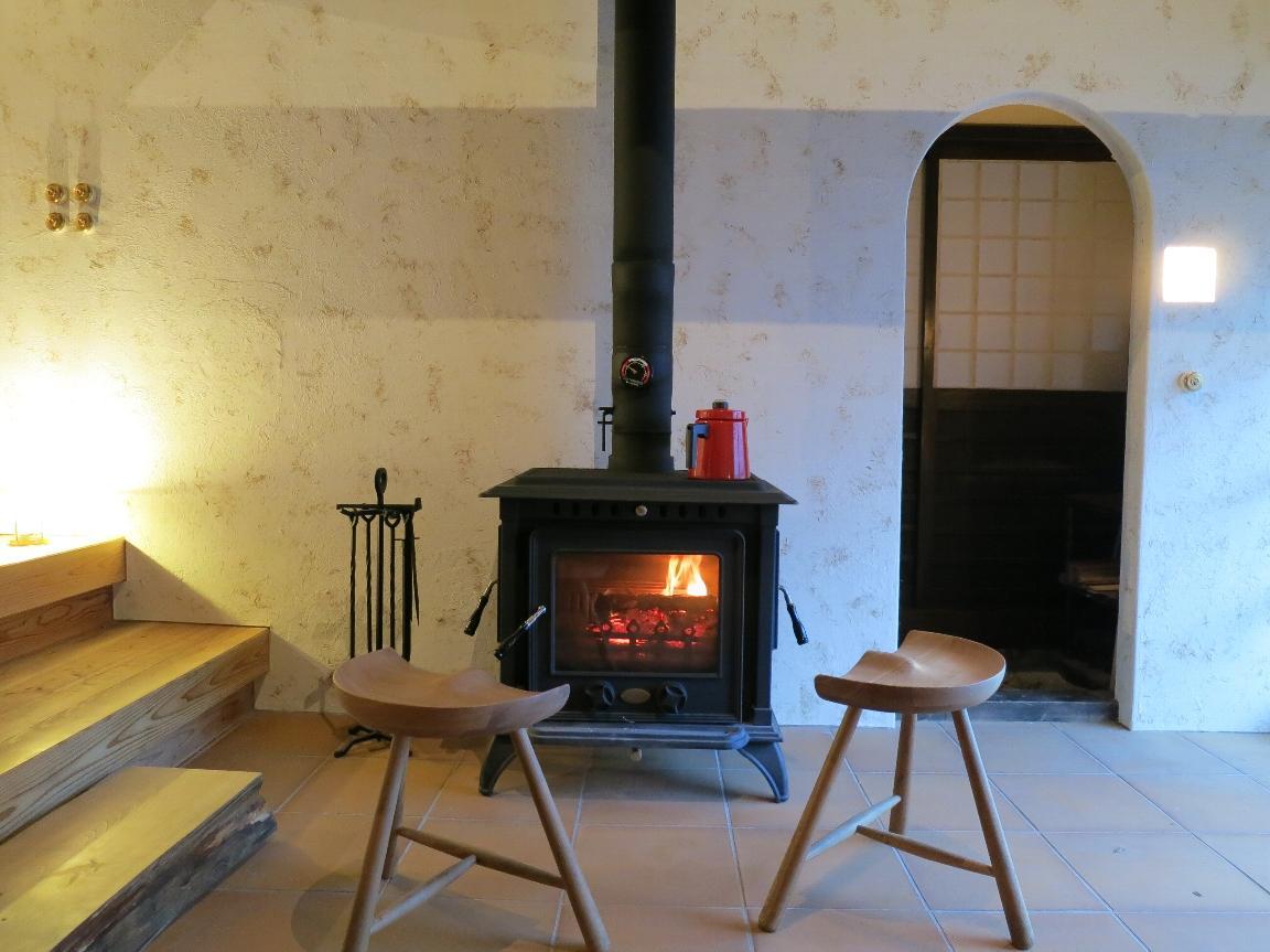 古民家再生・黒谷プロジェクトの部屋 暖炉のある空間