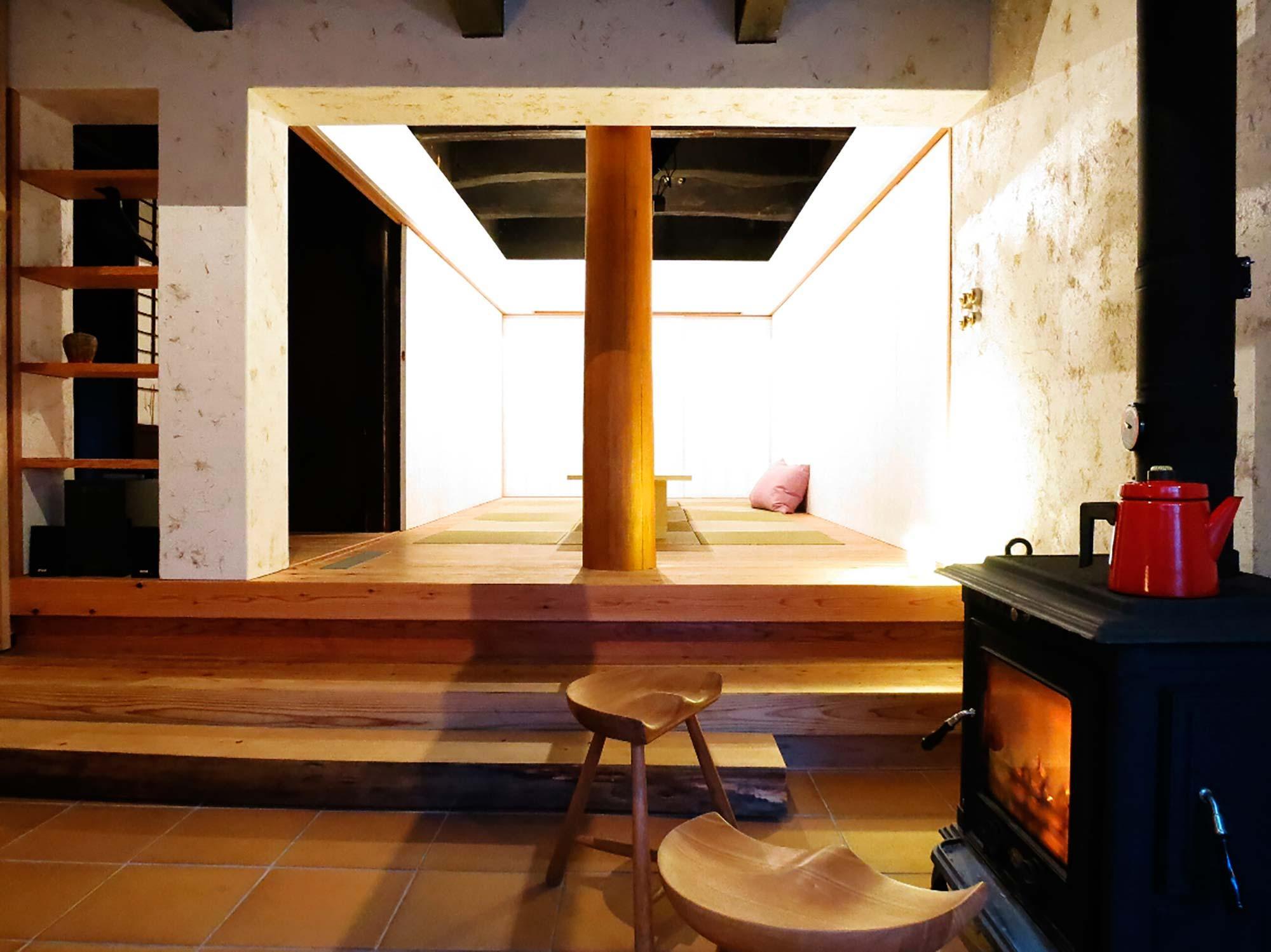 古民家再生・黒谷プロジェクトの部屋 和のリビングを眺める
