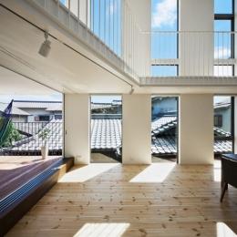 帆居 hammock house (スリット状のサッシから臨む近隣の瓦屋根と空)