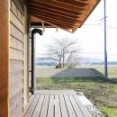 西根の家の写真 ソメイヨシノの大木が見える縁側
