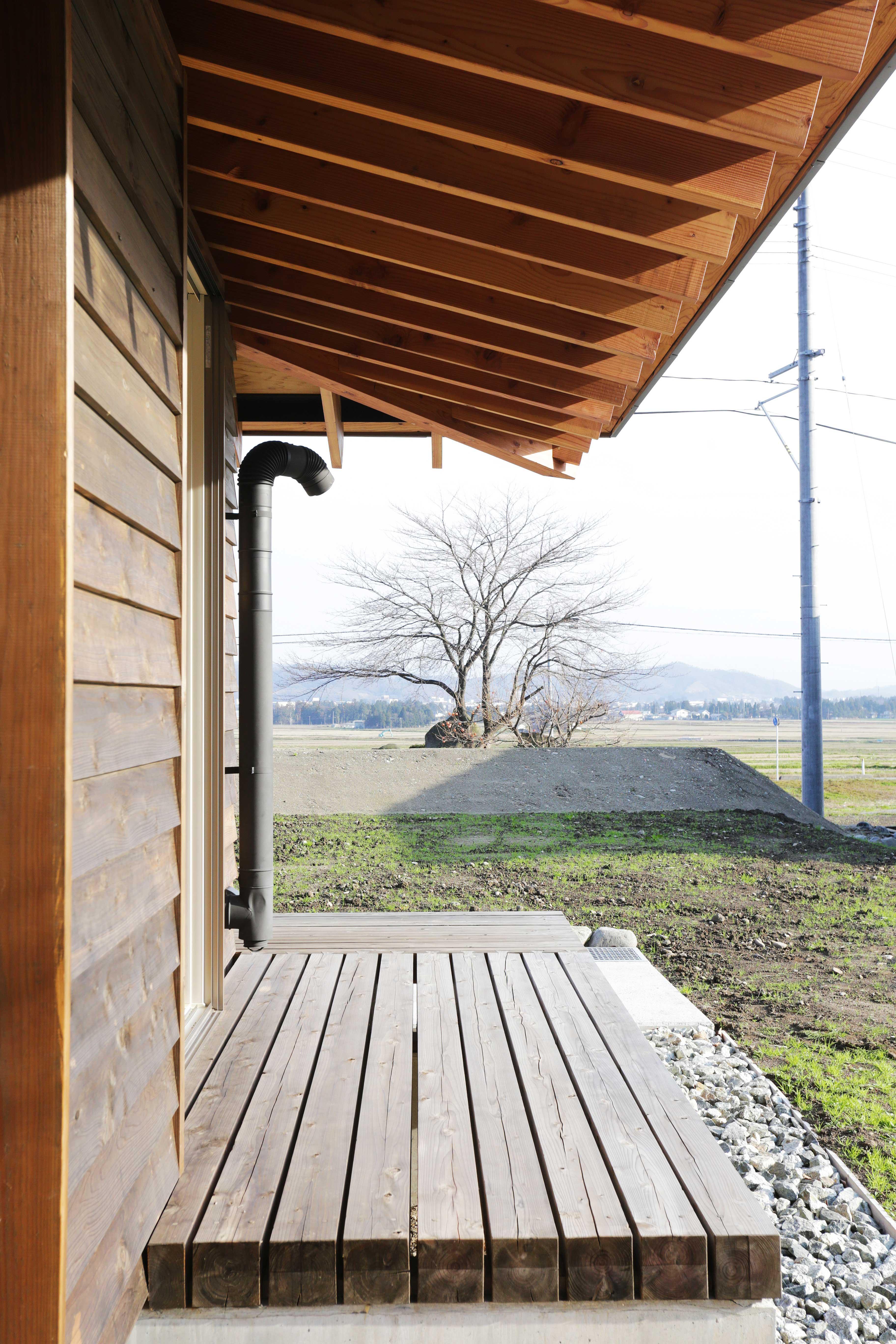 西根の家の部屋 ソメイヨシノの大木が見える縁側