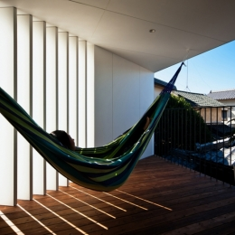 帆居 hammock house-スリットから抜ける風がハンモックをゆらすデッキテラス