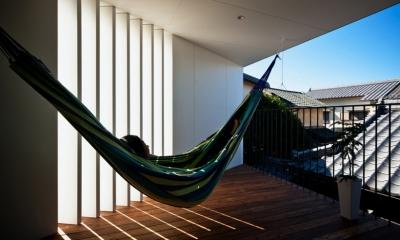 帆居 hammock house (スリットから抜ける風がハンモックをゆらすデッキテラス)