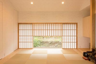 地窓のある落ち着いた和室 (西根の家)