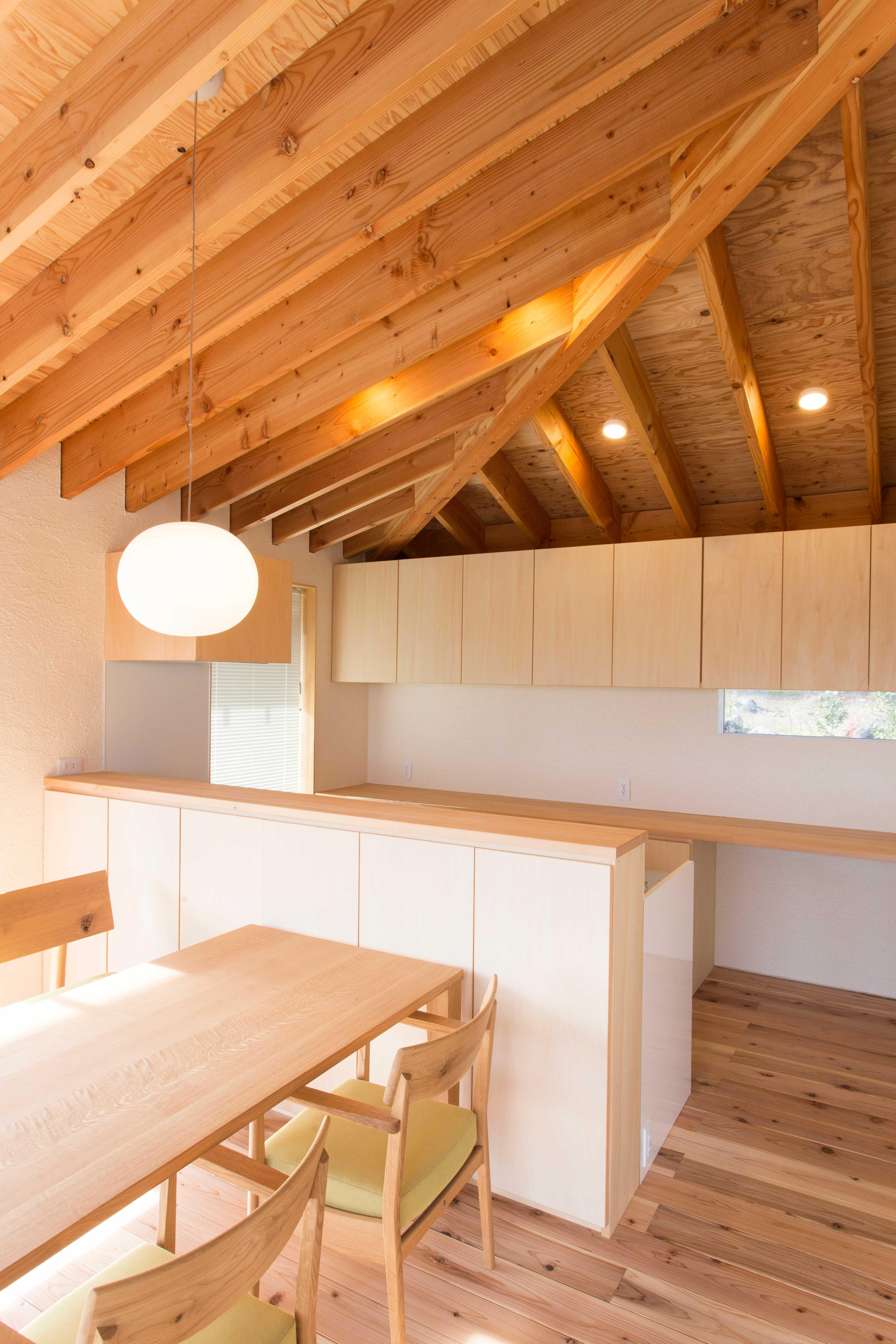 西根の家の部屋 木を感じるキッチン