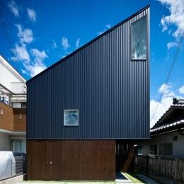 帆居 hammock house (空に向かって斜めのラインがのびる外観)