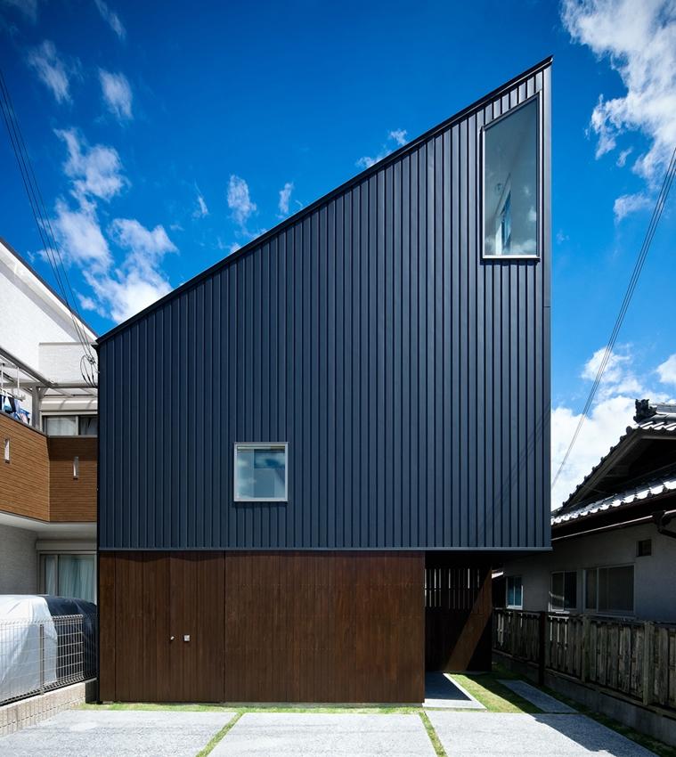 帆居 hammock houseの写真 空に向かって斜めのラインがのびる外観