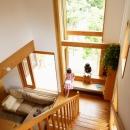 逗子の家―気持ちの良い場所の写真 読書コーナーのある階段