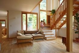 逗子の家―気持ちの良い場所 (吹き抜けのあるリビングルーム)