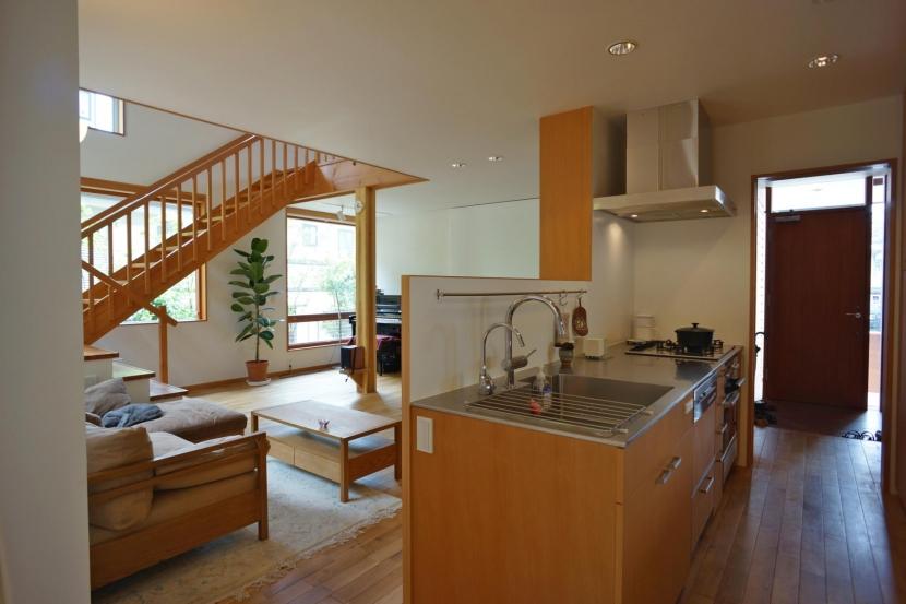逗子の家―気持ちの良い場所の部屋 リビングを見渡すキッチン