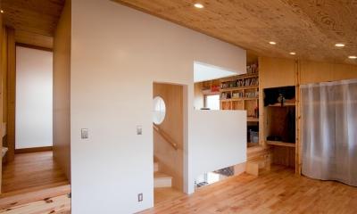 貫井北町の住宅 (2階室-1より階段を見る)