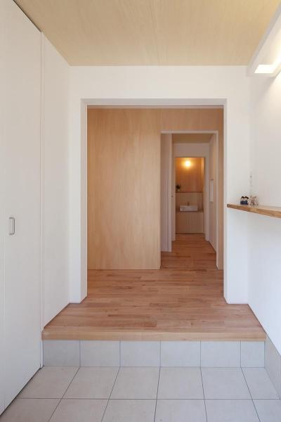 玄関より階段方向を見る (東大泉の住宅)
