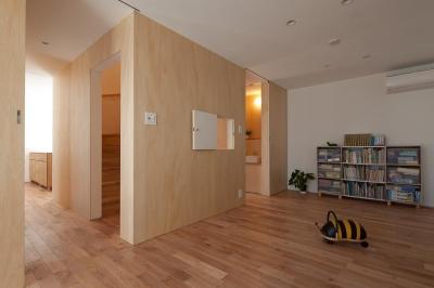 プレイルームより階段ボックスを見る (東大泉の住宅)
