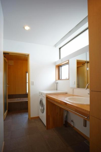 逗子の家―気持ちの良い場所 (広くて明るい洗面室と浴室)