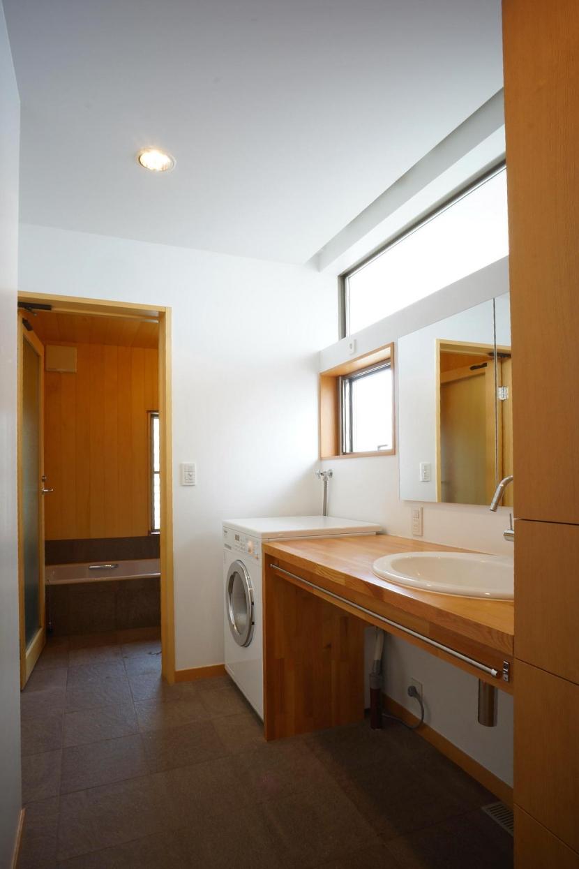 広くて明るい洗面室と浴室 (逗子の家―気持ちの良い場所)