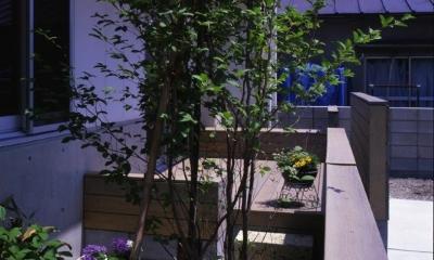 下町で静かに暮らす熟年夫婦の家 (家の前にほんの少しの庭を設けています。)