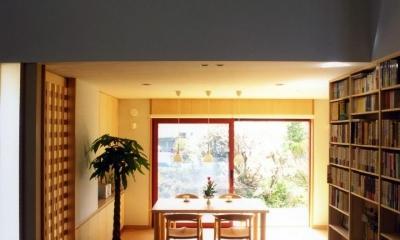 本棚に囲まれた一室空間の家 (本棚のある吹き抜け空間から食堂を見ました。)