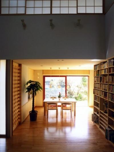 本棚のある吹き抜け空間から食堂を見ました。 (本棚に囲まれた一室空間の家)