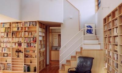 本棚に囲まれた一室空間の家