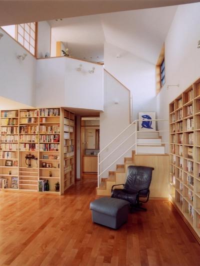 本棚のある吹き抜け空間です。 (本棚に囲まれた一室空間の家)