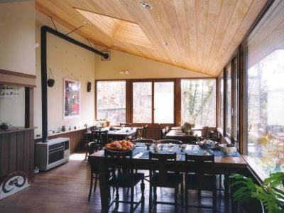 週末はレストランになる山奥の家 (週末は客席ですが、普段はテーブルのたくさんある居間兼食堂です。)