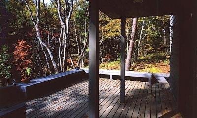 週末はレストランになる山奥の家 (エントランスデッキには、ベンチが設けられています。)