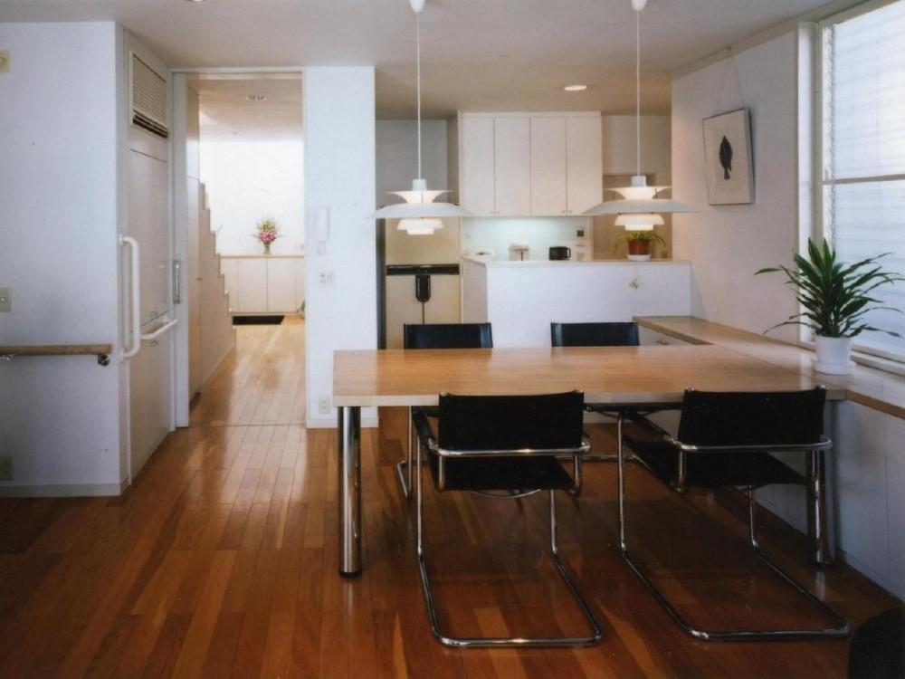 バリアフリーデッキのある家 (食堂からキッチンを見ています。)