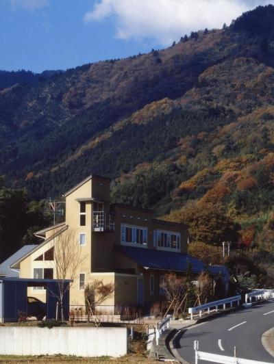 土間でつながる2世帯住宅 (丹沢の麓、七沢に建つ2 世帯住宅です。)