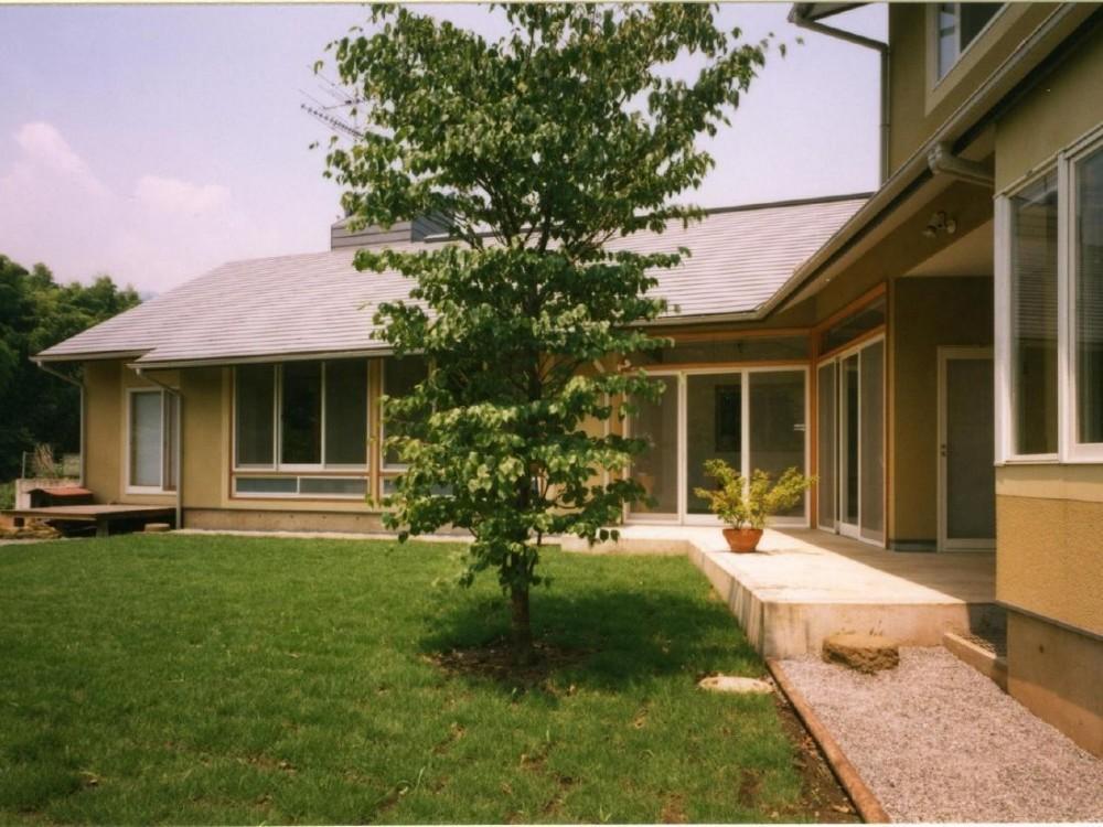 土間でつながる2世帯住宅 (L型に庭を囲むことで、二つの世帯の外部の共有空間が生み出されている)