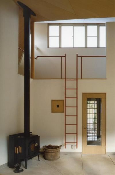 土間から外部への出口が見えます。横の梯子を登ると子世帯のロフトです (土間でつながる2世帯住宅)