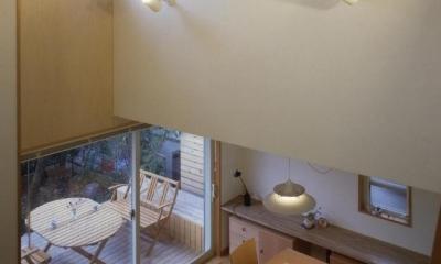 吹き抜けに面した書斎のある家 (斜め天井の吹き抜け)