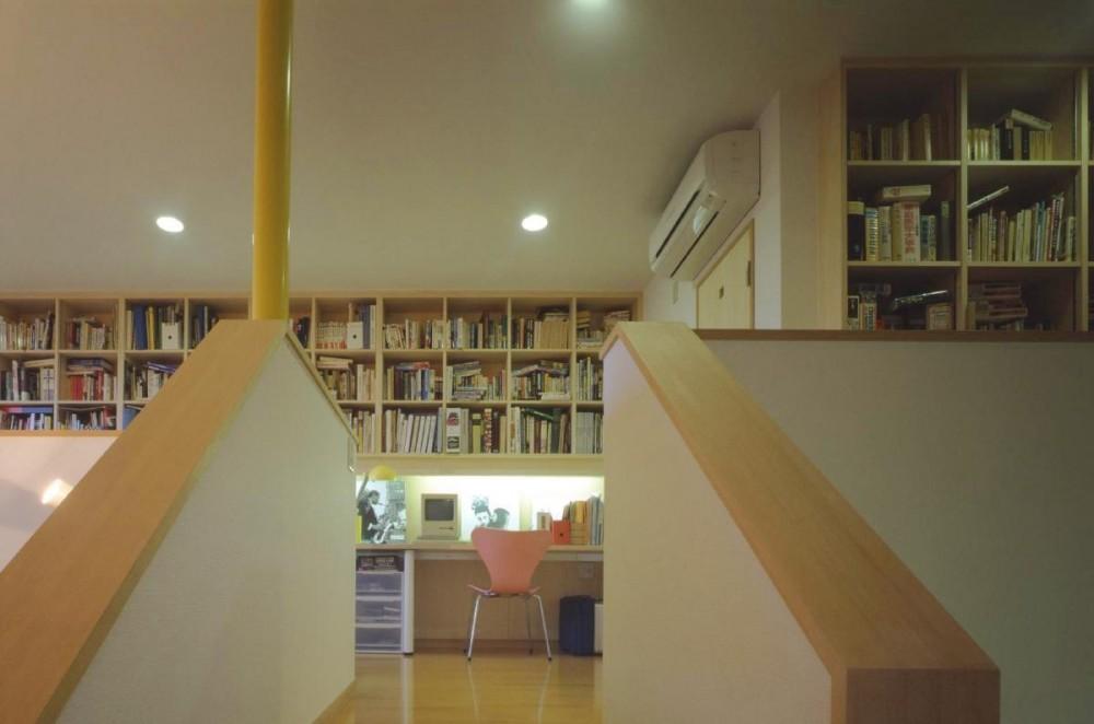 吹き抜けに面した書斎のある家 (階段踊り場から書斎を見ました。)