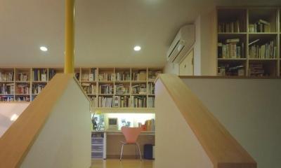 吹き抜けに面した書斎のある家